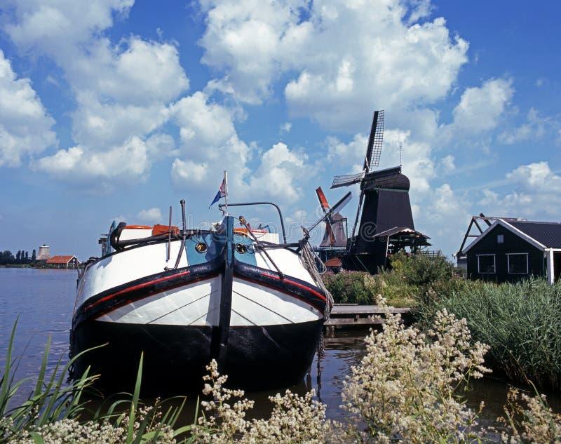 Péniche de navigation et moulin à vent, Zaanse Schans, Hollande. photo stock