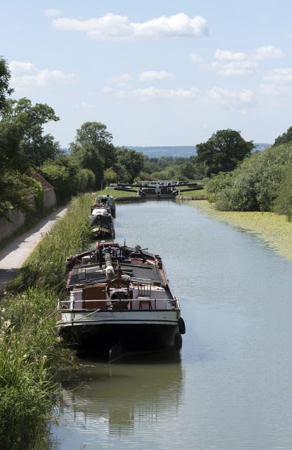 Péniche de navigation sur un canal anglais au WILTSHIRE R-U photographie stock