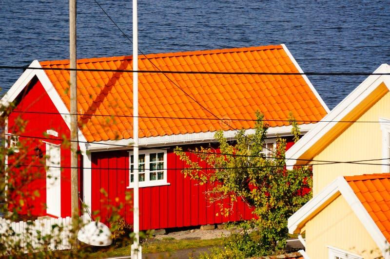 Péniche rouge près de fjord Kragero, Portor, Norvège images stock