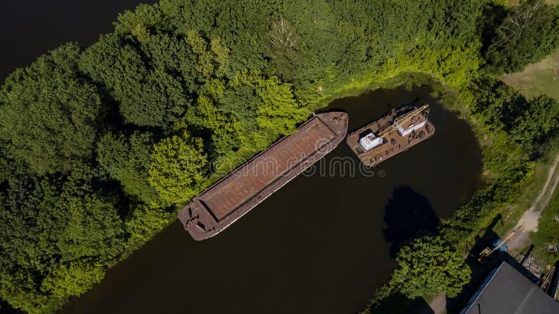 Péniche sur la rivière dans la vue supérieure de jungle d'Amazone du bourdon image stock