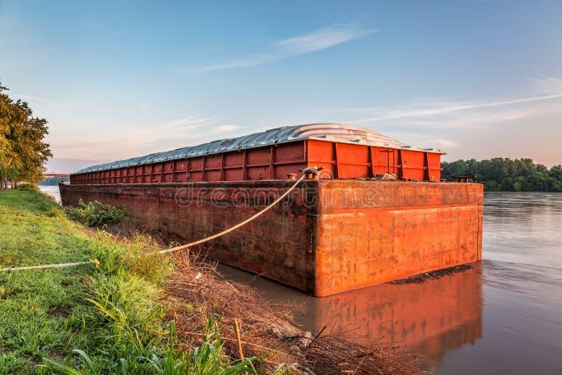 Péniche sur le fleuve Missouri photos stock