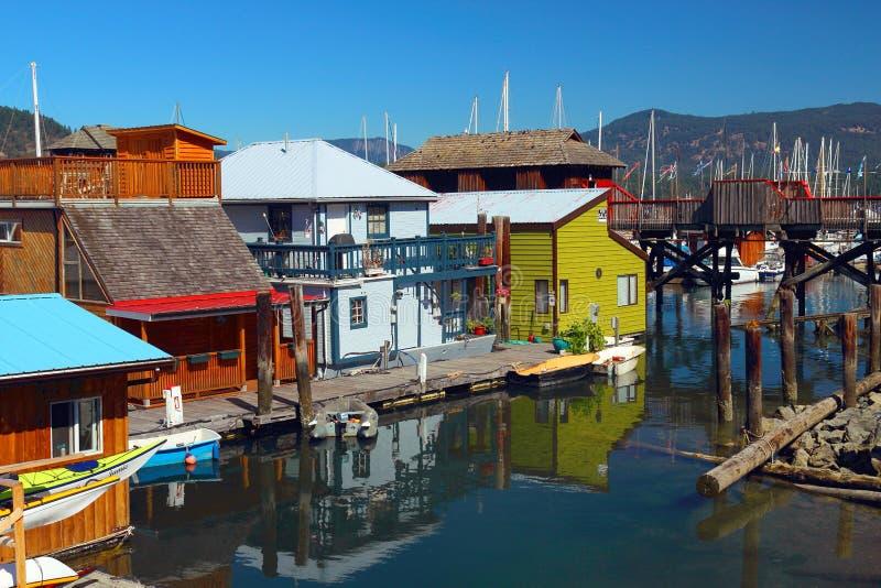 Péniches colorées à la baie de Cowichan, île de Vancouver photo stock