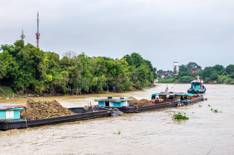 Péniches de remorquage de bateau de traction subite photographie stock libre de droits