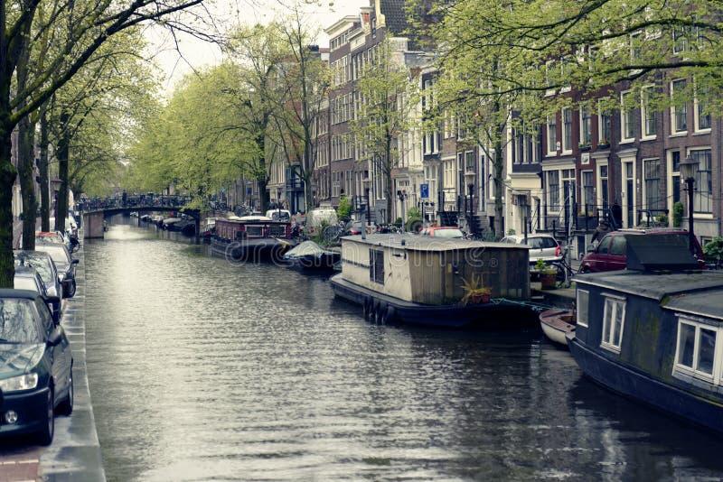 Péniches sur le canal à Amsterdam image stock