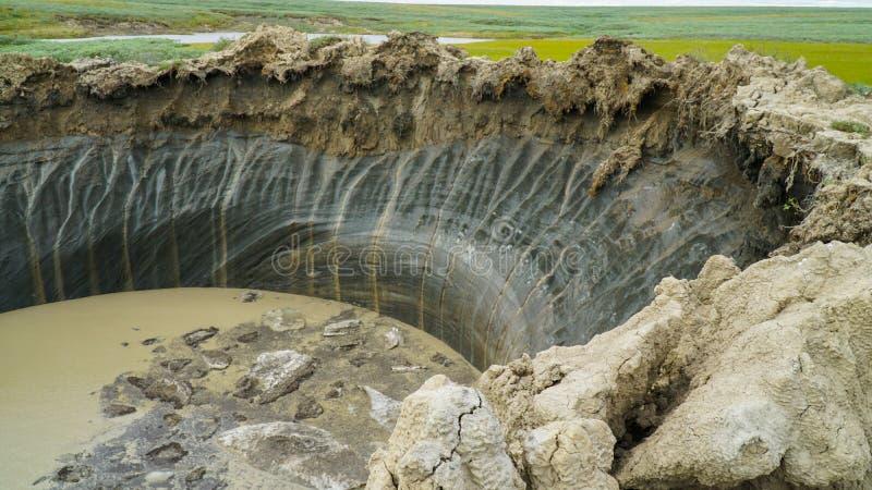PÉNINSULE DE YAMAL, RUSSIE - 18 JUIN 2015 : Expédition à l'entonnoir géant d'origine inconnue Vue de cratère photos libres de droits