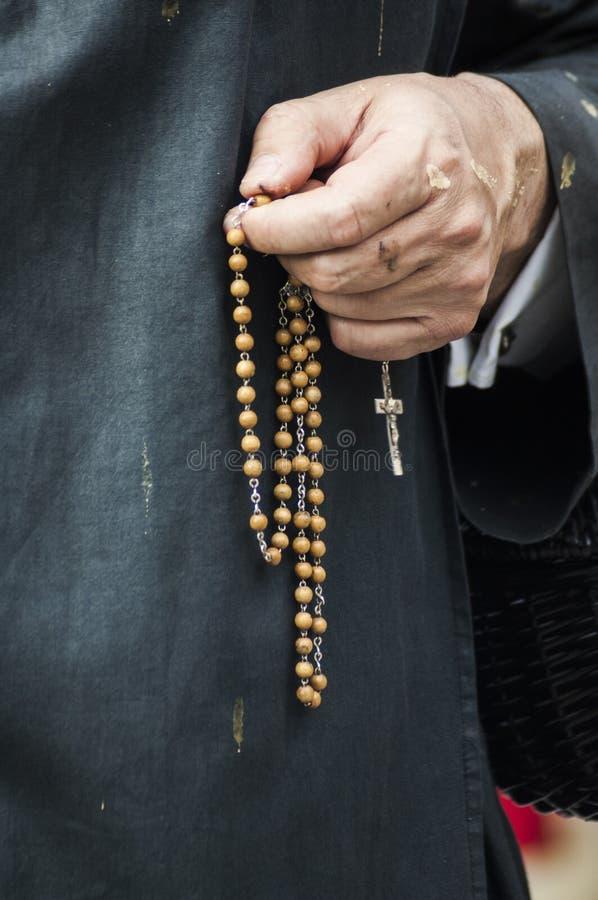Pénitent priant le chapelet photo libre de droits