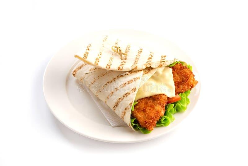 Pépites avec des verts et fromage enveloppé dans le pain pita sur un fond blanc d'isolement photo stock