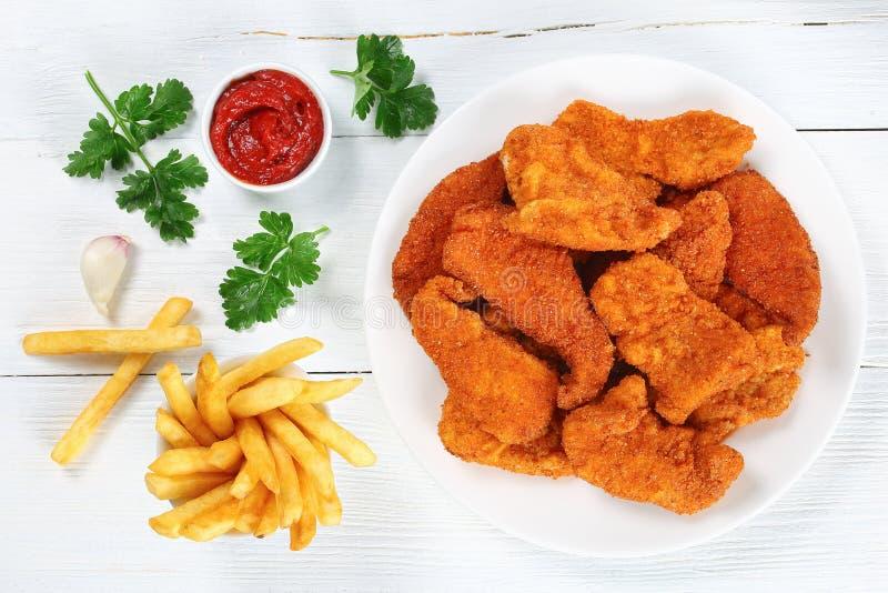 Pépites croustillantes et juteuses de poulet délicieux photos stock