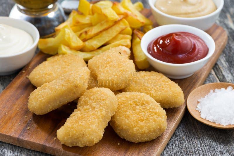 Pépites de poulet avec la sauce de pommes frites et tomate photos libres de droits