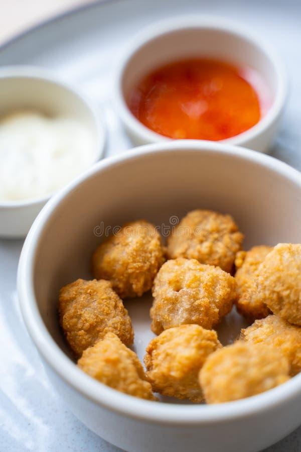 Pépites de poulet cuites à la friteuse avec de la sauce épicée photographie stock