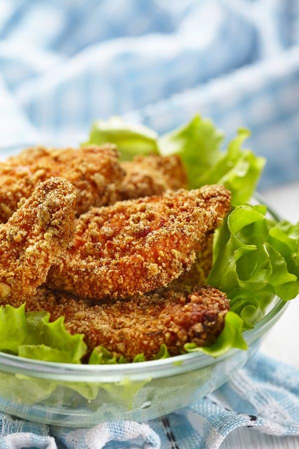 Pépites de poulet cuites au four faites maison photos stock
