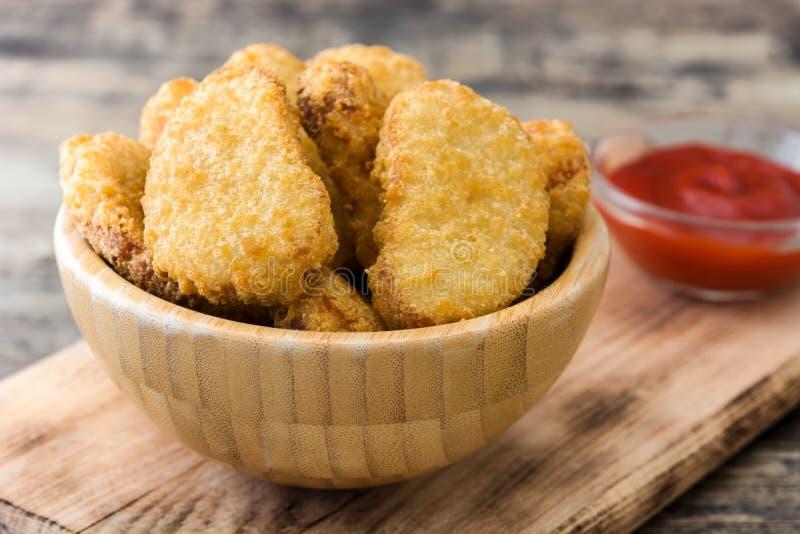 Pépites de poulet frit dans la cuvette images libres de droits