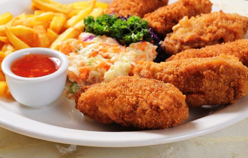 Pépites de poulet frit, pommes frites et légumes image stock