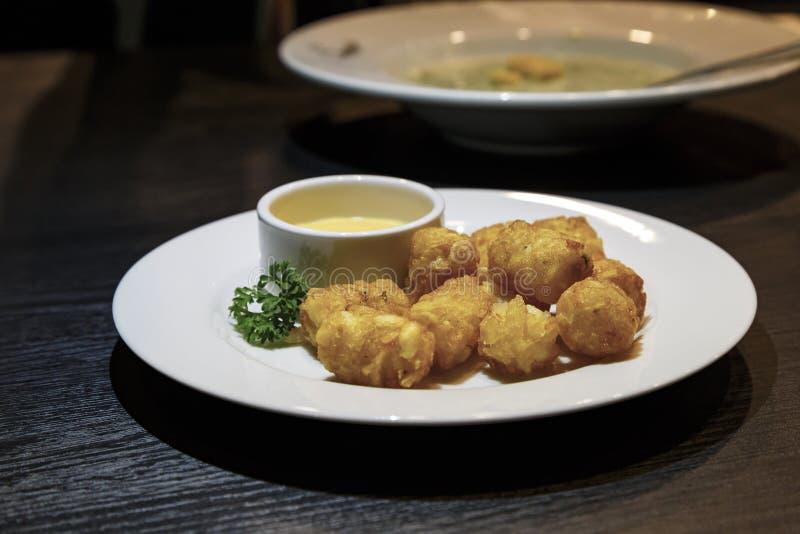 Pépites de poulet mises le feu avec de la sauce crème photographie stock