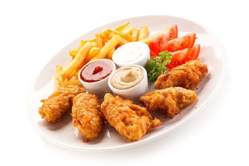 Pépites et légumes de poulet frit photographie stock