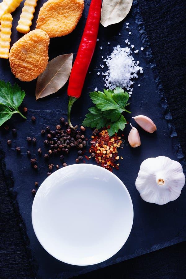 Pépites, fritures et plat blanc image libre de droits