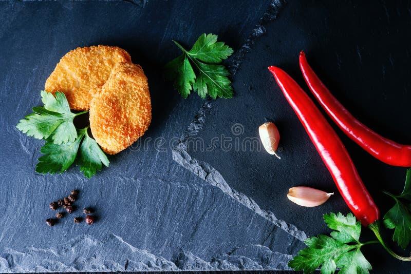 Pépites, persil, ail et poivre de piment d'un rouge ardent photographie stock