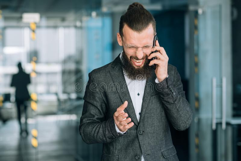 Pérdida enojada del fracaso del grito del teléfono del hombre de negocios imágenes de archivo libres de regalías