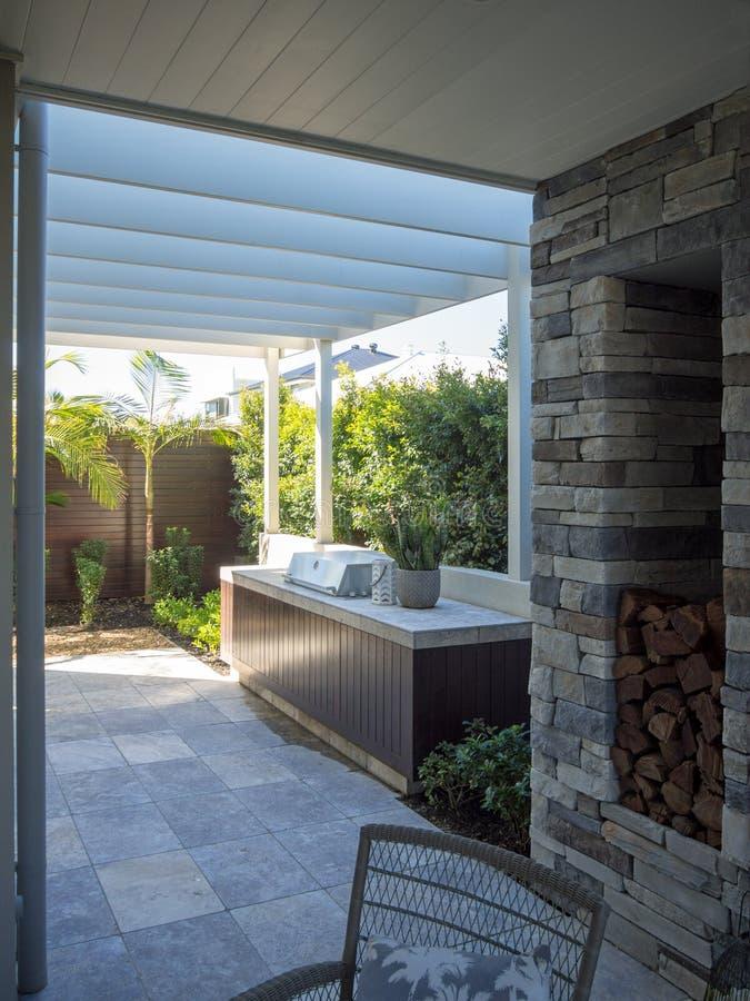 Pérgola al aire libre del patio trasero que cocina área con la parrilla del Bbq foto de archivo