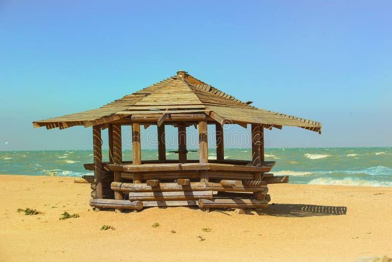 pérgola de madera en la playa arenosa del mar fotografía de archivo