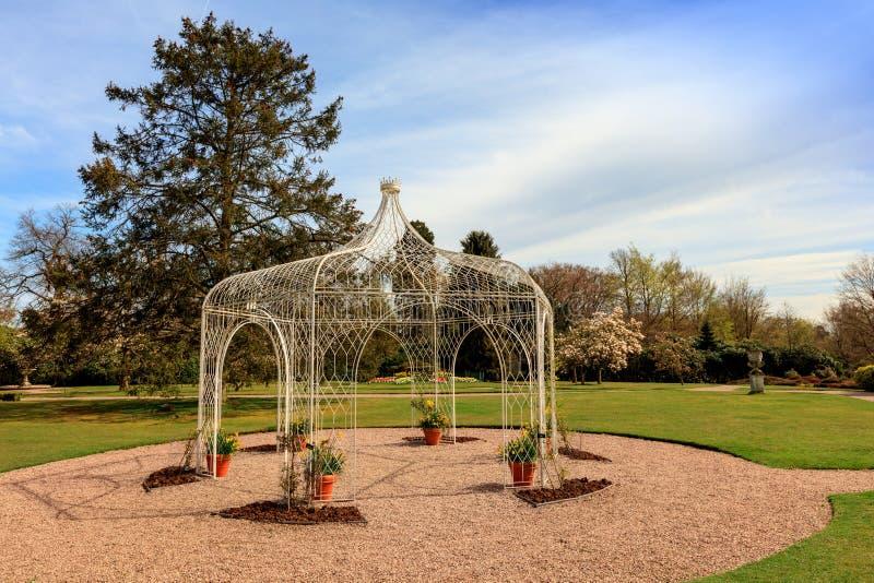 Pérgola del hierro labrado en un parque foto de archivo libre de regalías