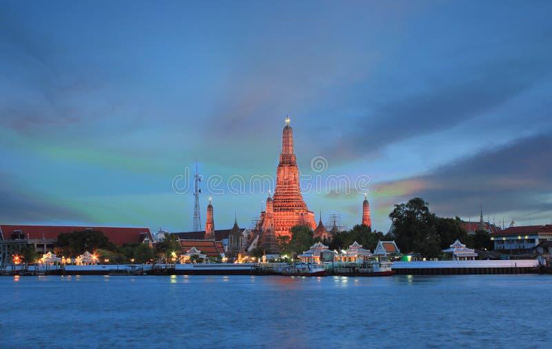Période crépusculaire de Wat Arun à travers Chao Phraya River pendant le coucher du soleil à Bangkok, la Thaïlande photo stock