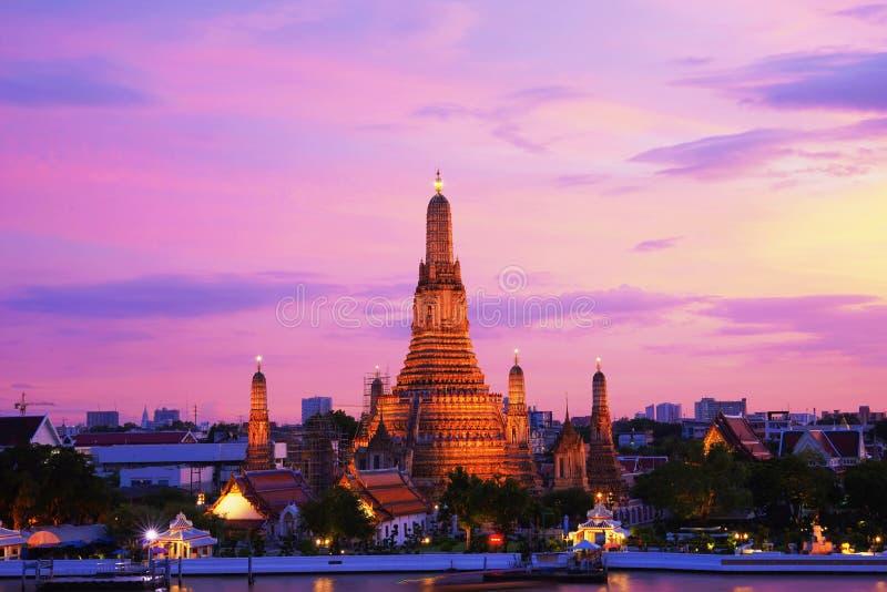 Période crépusculaire de Wat Arun à travers la rivière de ChaoPhraya image libre de droits