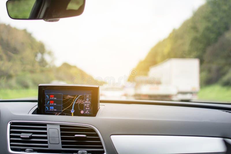 Périphérique du système satellite de navigation dans la voiture avec le transport brouillé images libres de droits