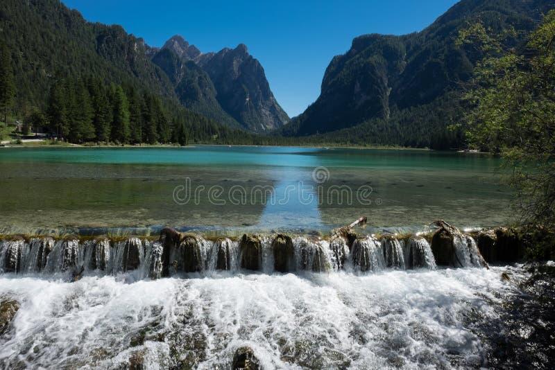 Pérola do ` de Braies- do lago do ` alpino dos lagos fotos de stock