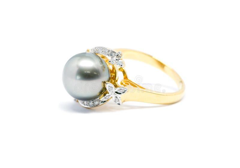Pérola escura ascendente fechado com o anel do diamante e de ouro isolado imagem de stock royalty free