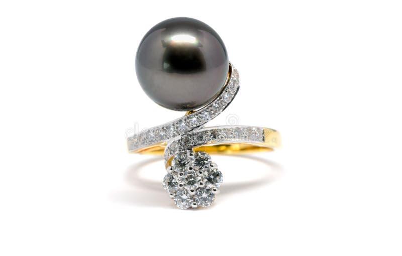 Pérola escura com anel do diamante e de ouro imagens de stock
