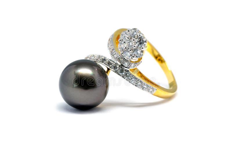 Pérola escura com o anel do diamante e de ouro isolado imagem de stock royalty free