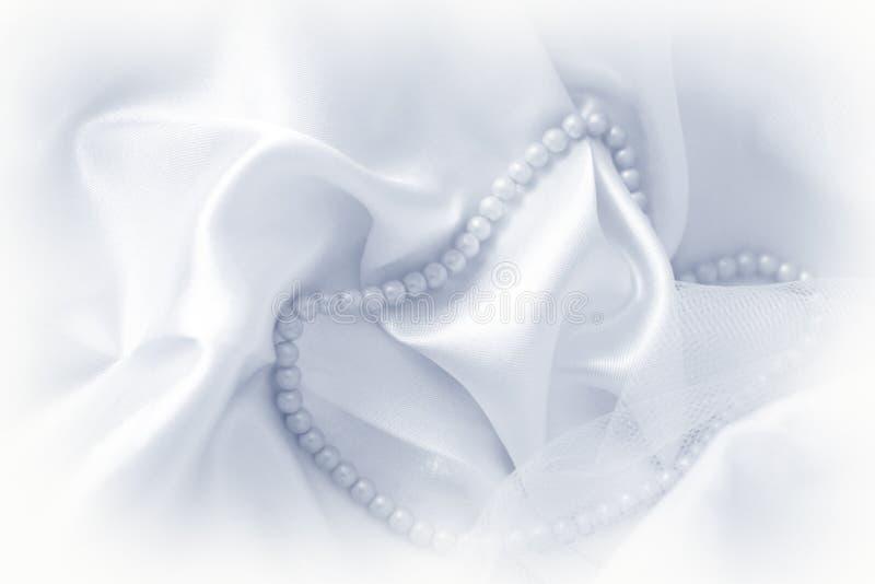 Pérolas na tela de seda foto de stock royalty free