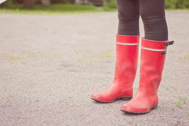 Pés abaixo dos joelhos que vestem botas vermelhas na natureza finlandesa Traditiona imagem de stock royalty free