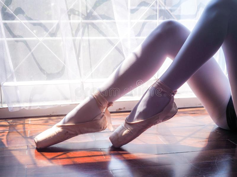 Pés bonitos da bailarina nova Prática do bailado Pés graciosos magros bonitos do dançarino de bailado fotos de stock