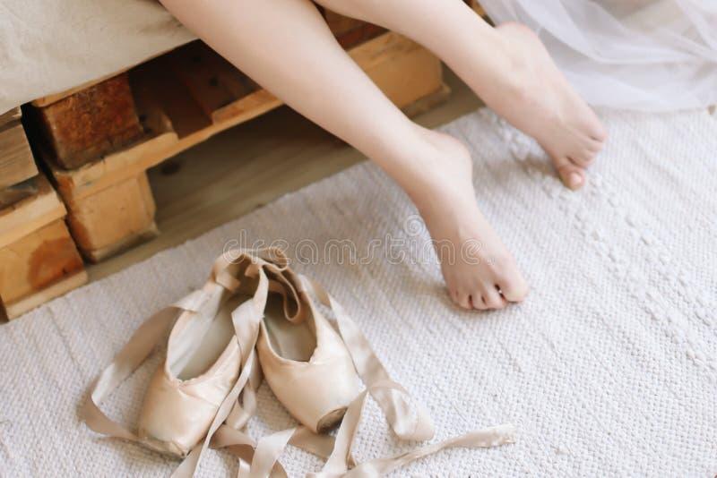 Pés bonitos da mulher com sapatas do pointe Manhã da noiva imagens de stock