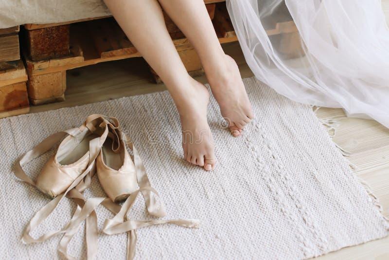 Pés bonitos da mulher com sapatas do pointe Manhã da noiva fotos de stock royalty free