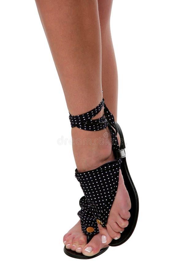 Pés bonitos da mulher nas sandálias imagens de stock