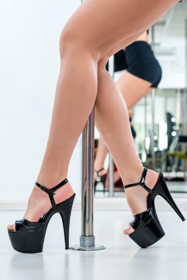 Pés bonitos 'sexy' nas sapatas para um dançarino em um pilão imagens de stock