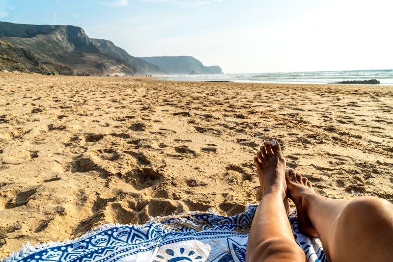 Pés bronzeados da mulher na praia foto de stock royalty free