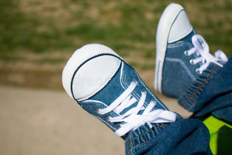 Pés com sapatilhas foto de stock royalty free