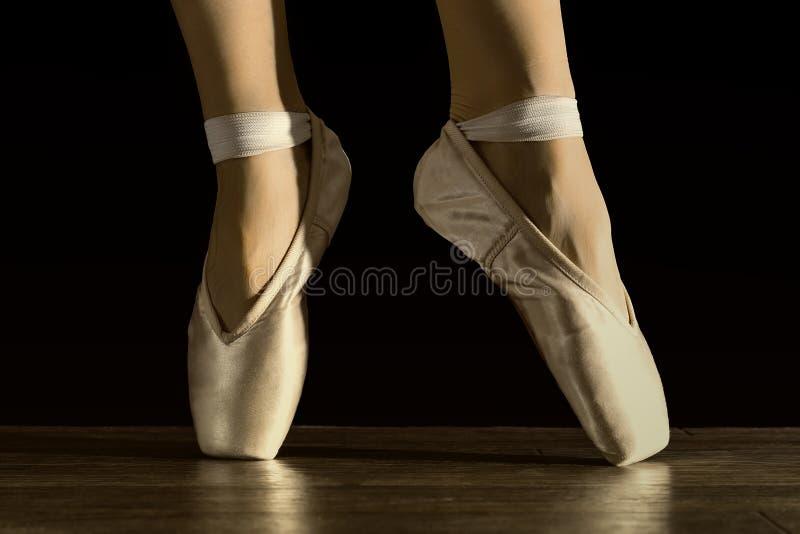 Pés da bailarina da dança foto de stock
