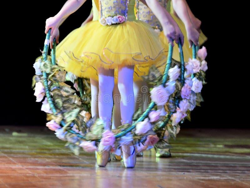 Pés da bailarina s que dançam em Pointe imagens de stock