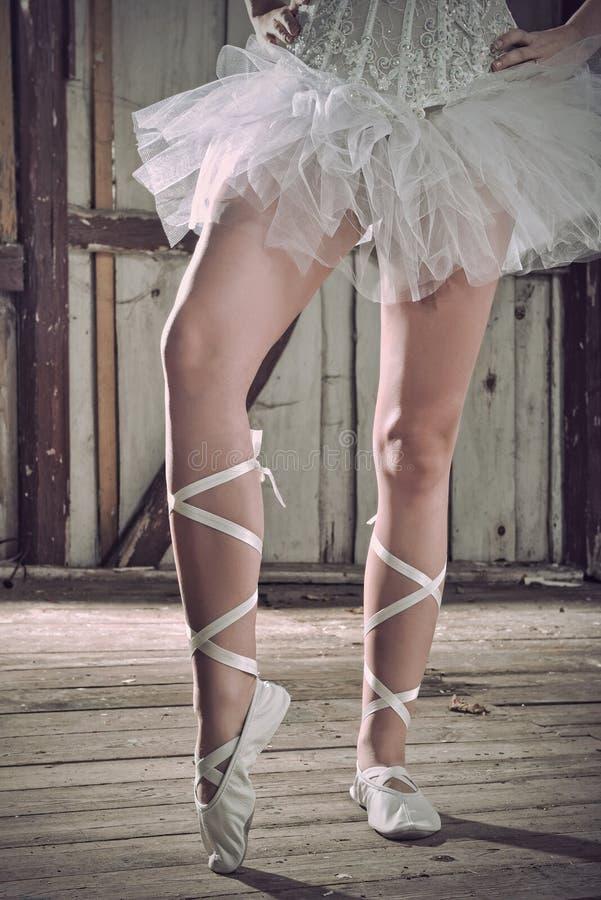 Pés da beleza da bailarina que estão nos pointes imagem de stock