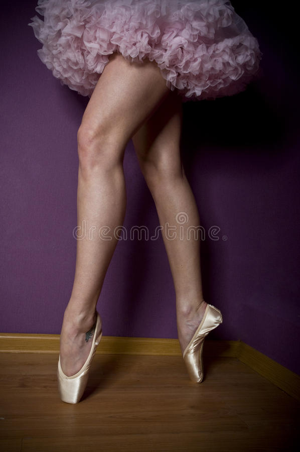 Pés da beleza da bailarina que estão nos pointes foto de stock royalty free