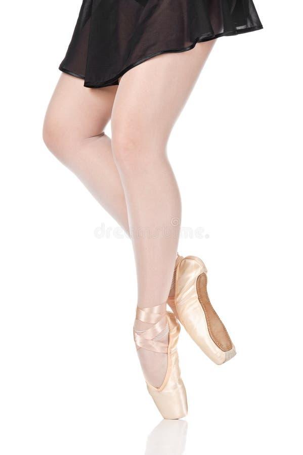 Pés da beleza da bailarina que estão nos pointes imagens de stock