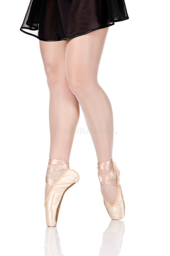 Pés da beleza da bailarina que estão nos pointes imagens de stock royalty free