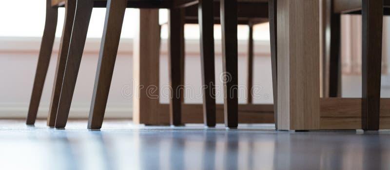 Pés da cadeira e assoalho de madeira imagem de stock
