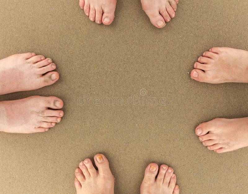 Pés da família de quatro pessoas na praia imagens de stock royalty free