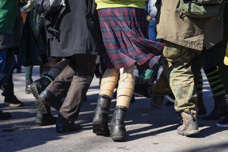 Pés da juventude de dança na rua durante a parada do dia de St Patrick s Amigos que apreciam e que têm o divertimento em StPatric imagem de stock royalty free